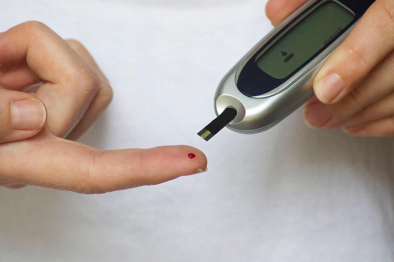 Hipoglucemia e hiperglucemia, ¿cómo se presenta y qué debo
