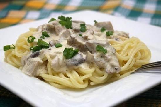 pasta-en-salsa-de-crema-con-champic3b1ones-y-ajo