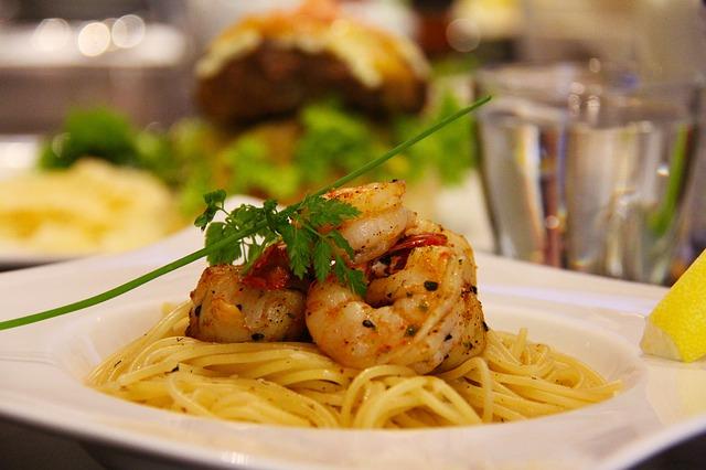 Receta por raciones: Espaguetis sin gluten con gambas y gulas