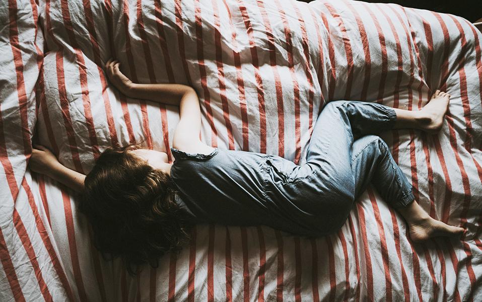 ¿Es normal que mi hijo todavía moje la cama?