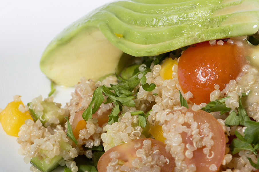 Ensalada variada con guarnición de taboulé de quinoa